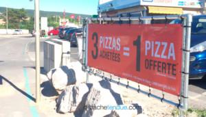 Banderole micro-perforée sur panneau publicitaire en bâche tendue.